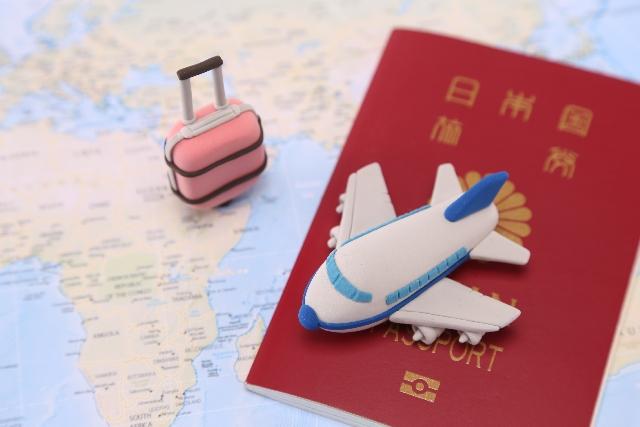 ミニマリスト的な決断を下すなら、旅にはシワにならないコート?エレガントなコート?