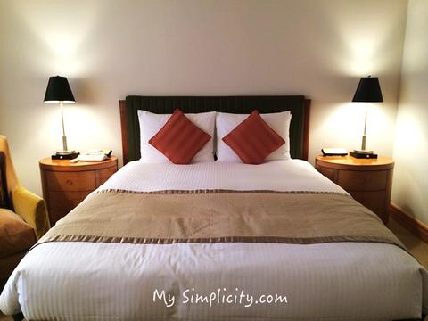 明るいカラーのシンプルな部屋で過ごす、一夜限りのアップグレード