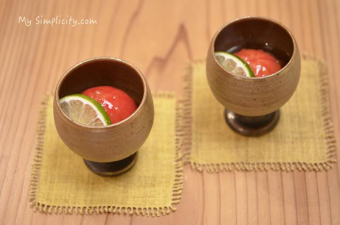 書籍に掲載されている、トマトの土佐酢マリネを盛った和食器の大きな写真を載せました