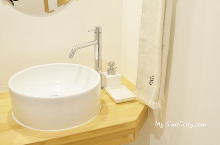 シンプルなお手洗いのタオル、シンプルな石鹸ボトル