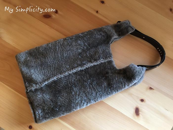 冬のファッションアイテム、もこもこバッグの中身をスッキリ収納するアイディア