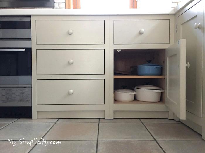 キッチンの収納スペースに入っているお気に入り3つの鍋